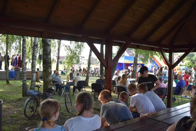 Festyn w Bębnowie przyciągnął wielu ludzi - zabawa przez cały dzień była świetna.