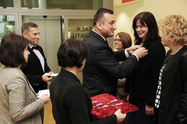 Odznaczonych dekorował wraz z rektorem UwB prof. Leonardem Etelem wicewojewoda podlaski  Wojciech Dzierzgowski.