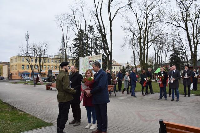 Przedstawiciele jednostek samorządowych powiatu golubsko-dobrzyńskiego złożyli wiązanki kwiatów pod pomnikiem upamiętniającym ofiary tragedii usytuowanym przy Placu 1000-lecia w Golubiu-Dobrzyniu.
