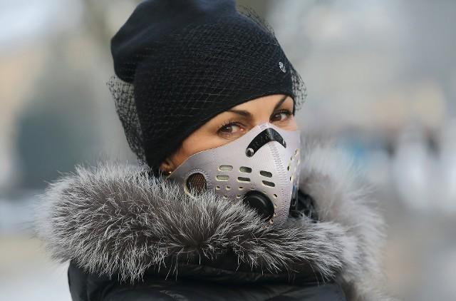 W dużym stopniu zabezpiecza dobrze dobrana maska, która ma filtr. Ale taka z dobrym filtrem to wydatek 200-300 zł. Maska zabezpiecza jednak tylko przed wnikaniem tych większych cząsteczek.