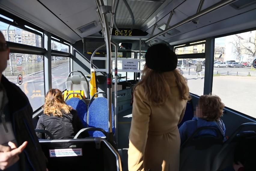 Starsza kobieta upadła w autobusie, bo kierowca ruszył...