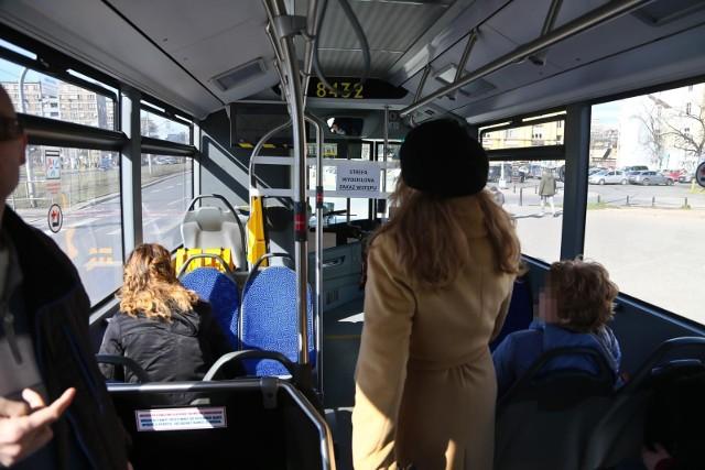 Starsza kobieta upadła w autobusie, bo kierowca ruszył gwałtownie. Trafiła do szpitala. Zdjęcie ilustracyjne