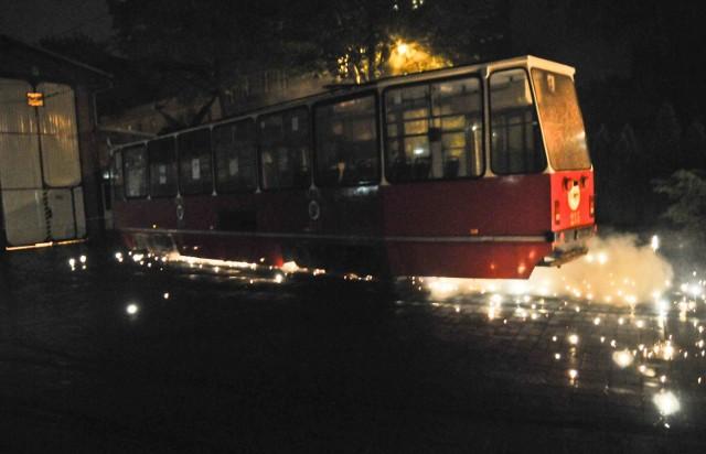 Tak mogłoby wyglądać uderzenie pionuna w tramwaj. W Toruniu dotąd to nie miało miejsca. Na zdjęciu symulacja wydarzenia wykonana przez pirotechników.