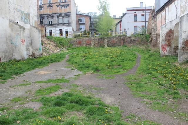 W tym roku przy ul. Katowickiej - w miejsce wyburzonej kamienicy - powstanie park kieszonkowy.Zobacz kolejne zdjęcia. Przesuwaj zdjęcia w prawo - naciśnij strzałkę lub przycisk NASTĘPNE