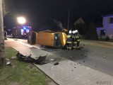 Wypadek w Dąbrowce Górnej. Na drodze wojewódzkiej 415 dachował dostawczy peugeot, dwie osoby trafiły do szpitala