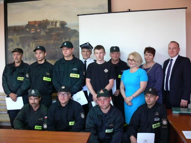 Pamiątkowe zdjęcie z druhami, którzy na sesji odebrali podziękowania przy zabezpieczaniu wałów w Zawichoście.