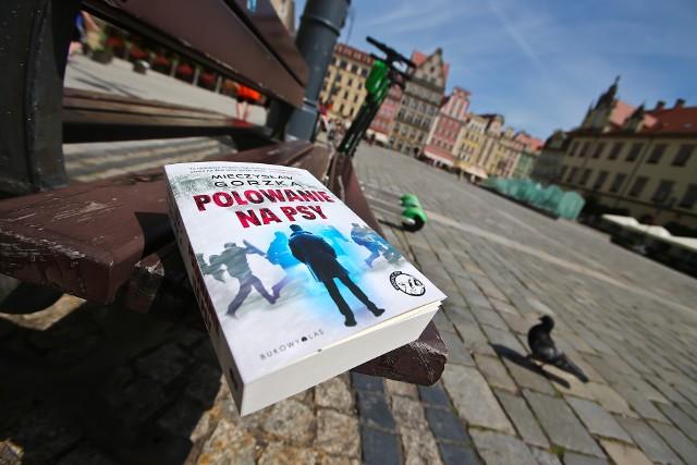 """Powieść Mieczysława Gorzki """"Polowanie na psy"""" na ławce na wrocławskim Rynku"""