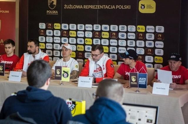 Trenerzy oraz zawodnicy reprezentacji na konferencji prasowej