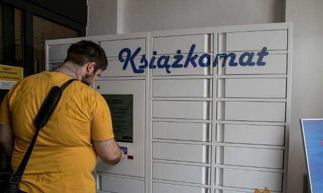 W Krakowie pierwszy książkomat stanął w budynku tamtejszej Wojewódzkiej Biblioteki Publicznej we wrześniu 2018 r. - również jako inwestycja z budżetu obywatelskiego. Bydgoscy czytelnicy swój pierwszy miejski książkomat będą mieć na osiedlu Miedzyń przy bibliotece dla dorosłych i dla dzieci na ul. Nakielskiej 175a.