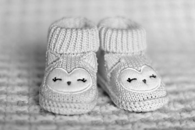 Jak podaje Radio 5, dziecko zostało brutalnie zamordowane. Rodzice niemowlaka usłyszeli zarzut zabójstwa ze szczególnym okrucieństwem.