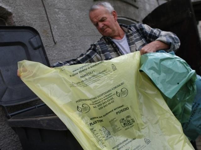 Pan Czesław z Bierkowa już segreguje śmieci do odpowiednich worków. Ma jednak obawy, czy szkło nie przetnie worków, bo uszkodzone nie będą odbierane.