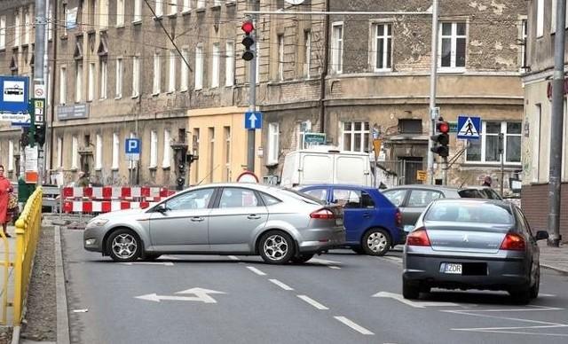 W ubiegłym roku nowa nakładka została ułożona na odcinku pomiędzy al. Bohaterów Warszawy a ul. Noakowskiego.