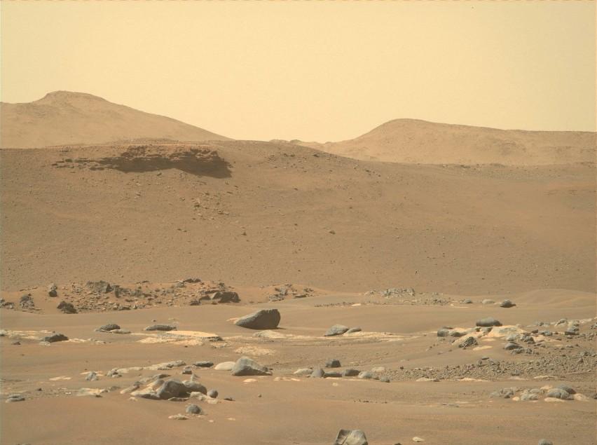 Łazik Perseverance i helikopter Ingenuity na Marsie....