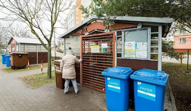 Od 2021 r. w Łodzi miał obowiązywać nowy system naliczania opłat za wywóz odpadów, za które łodzianie mieli płacić od ilości zużycia wody na osobę. Uchwałę uchyliła Regionalna Izba Obrachunkowa, co znaczy, że obowiązywał będzie stary system, jednak jest pewne, że opłata pójdzie w górę.Czytaj dalej na kolejnym slajdzie: kliknij strzałkę w prawo.