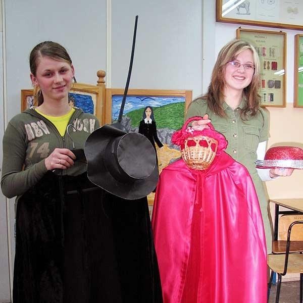 Te piękne kostiumy uczniowie uszyli z resztek materiałów podarowanych szkole.