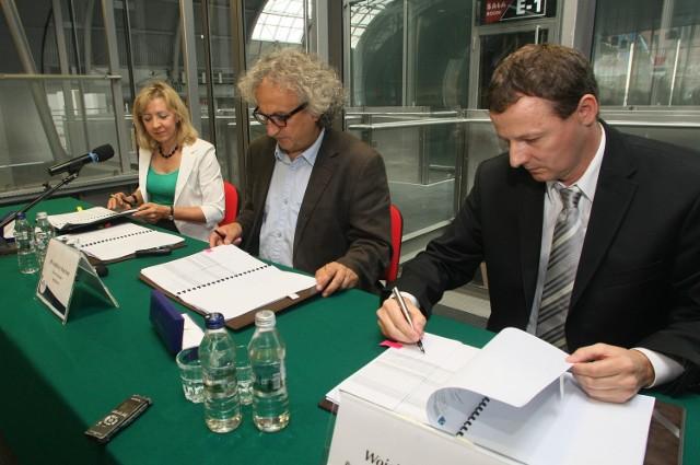 Kontrakt opiewający na kwotę ponad 40 milionów złotych podpisali w poniedziałek, 26 sierpnia, wiceprezes zarządu Targów Kielce Bożena Staniak, prezes zarządu Andrzej Mochoń i prezes zarządu Betonox Construction Wojciech Grzenia.