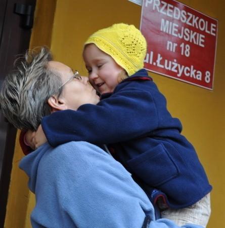 Maja Krupa ma 3 lata. Chodzi do przedszkola przy Łużyckiej. Jej babcia Barbara Witczak zapewnia, że wnuczka czuje się tutaj bezpiecznie.