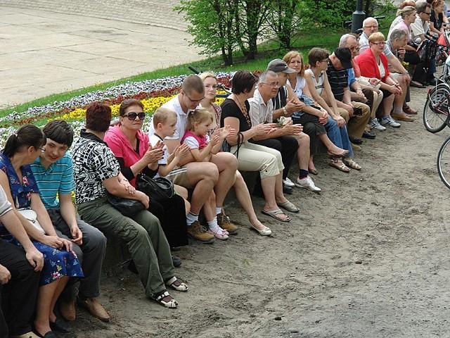 Publiczność szukała miejsc siedzących...