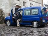 Mieszkańcy Ogrodowej i ich samochody toną w błocie i ciemnościach