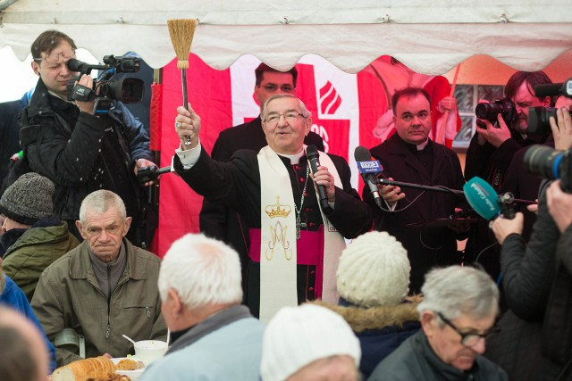 Śniadanie wielkanocne na dziedzińcu Centrali Diecezjalnej Caritas w Sopocie