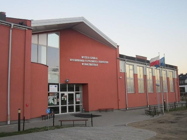 Główne wejście do siedziby WSWFIT