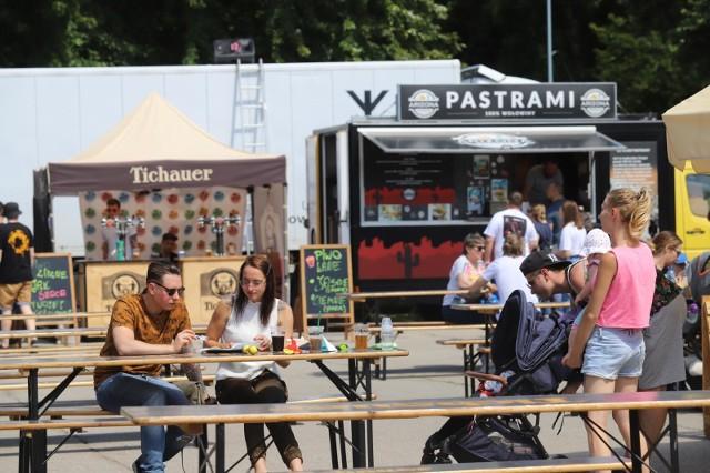 Foodtrucki w Sosnowcu w sobotę 1 sierpnia. Impreza Sosnowiec Summer Park odbywa się przez weekend w Parku Sieleckim Zobacz kolejne zdjęcia. Przesuwaj zdjęcia w prawo - naciśnij strzałkę lub przycisk NASTĘPNE