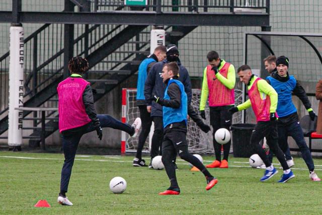 Piłkarze Wieczystej Kraków trenują na boisku Prądniczanki