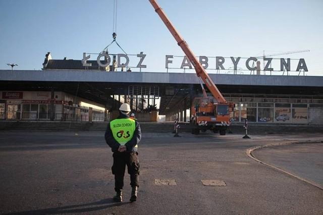Na budynku dworca Łódź Fabryczna jeszcze w tym roku mają  pojawić się świecące napisy z nazwą stacji. Tymczasem nadal nie wiadomo, co dalej z historycznym neonem zdemontowanym ze starego dworca. CZYTAJ DALEJ >>.
