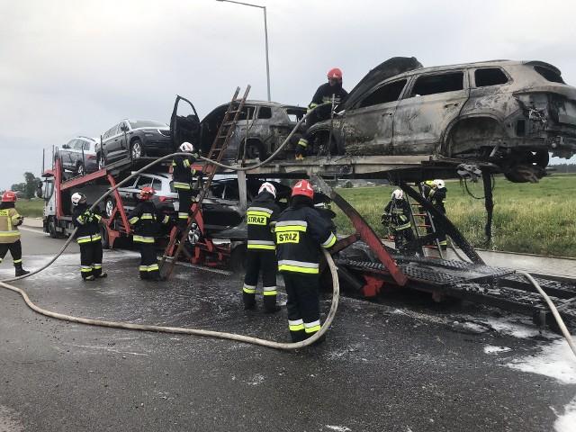 Dyżurny KP PSP w Augustowie otrzymał w środę około godziny 16.30 zgłoszenie o pożarze lawety przewożącej samochody osobowe. Zdarzenie miało miejsce na obwodnicy Augustowa.