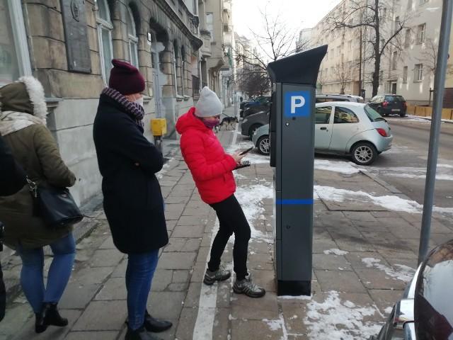 Ul. Niegolewskich - pierwsze płatne parkowanie na tej ulicy, panie Lucyna i Anna postępują według wskazówek parkomatu
