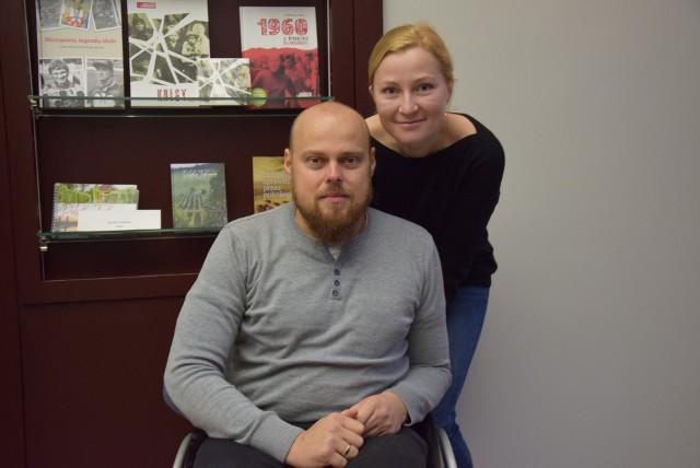 Tomek Guzowski (na zdjęciu razem z żoną, Sawą) mimo choroby stara się nie tracić pogody ducha. Wierzy, że będzie dobrze!