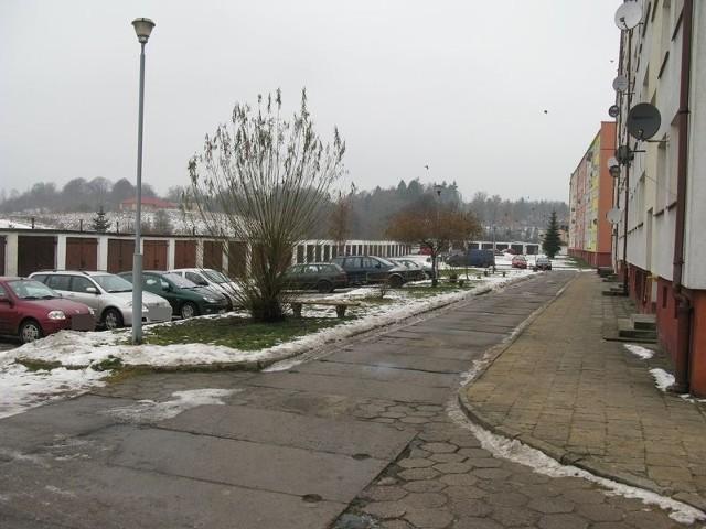 Droga przy bloku nr 9 nie będzie już dostępna dla samochodów. Fot. Andrzej Gurba