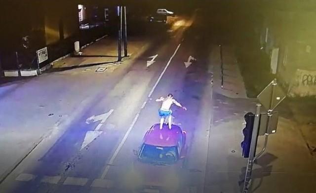 Policjanci zatrzymali pijanego, pobudzonego, mającego na sobie jedynie krótkie spodenki  29-latka, który w nocy 13 czerwca skakał po autach w Łodzi na Bałutach. CZYTAJ DALEJ NA NASTĘPNYCH SLAJDACH