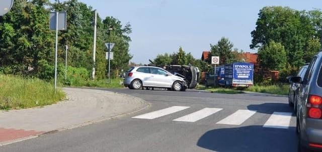 Na skrzyżowaniu ulicy Centralnej i Krótkiej w Osielsku doszło w czwartek rano do zderzenia samochodu osobowego z dostawczym. Auto dostawcze przewożące niewielki kontener przewróciło się na bok. Kierowca samochodu osobowego źle się czuł i prosił o zbadanie przez załogę pogotowia. Na miejscu pracują służby, tymczasowo zamknięta jest ulica Krótka.Więcej zdjęć >>>