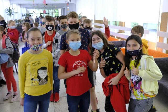 Od poniedziałku, 7 czerwca można zapisywać na szczepienia przeciwko Covid-19 dzieci w wieku 12-15 lat. Ich starsi koledzy, którzy mają ukończone 16 lat na szczepienie umawiać się mogą od połowy maja. Resort edukacji jeszcze w czerwcu zapowiada akcję promocyjną dotyczącą szczepionek, która odbędzie się w placówkach oświatowych w całym kraju. Na początku września natomiast preparat firmy Pfizer dzieci będą mogły przyjąć w swoich szkołach. Czytaj dalej. Przesuwaj zdjęcia w prawo - naciśnij strzałkę lub przycisk NASTĘPNE