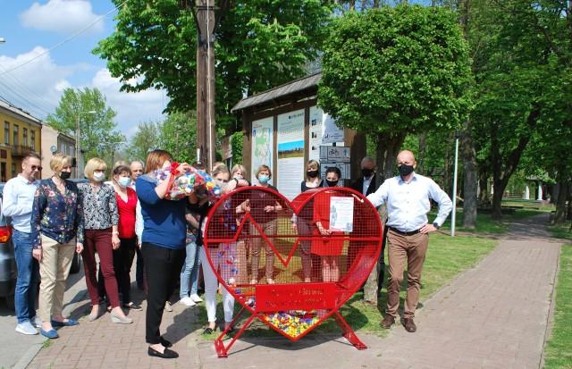Ekoserce pojawiło się w parku w Solcu nad Wisłą z inicjatywy jednej z radnych miejskich. Dochód ze sprzedaży nakrętek pomoże w leczeniu chorego Szymona.