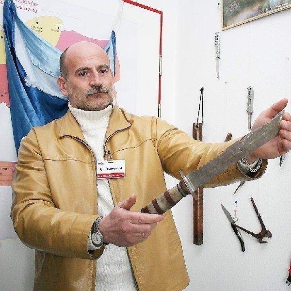 """Takie """"wyposażenie"""" mieli przy sobie  klienci jednego z włocławskich marketów.  Prezentuje je Ryszard Szczepańczyk, szef  ochrony."""
