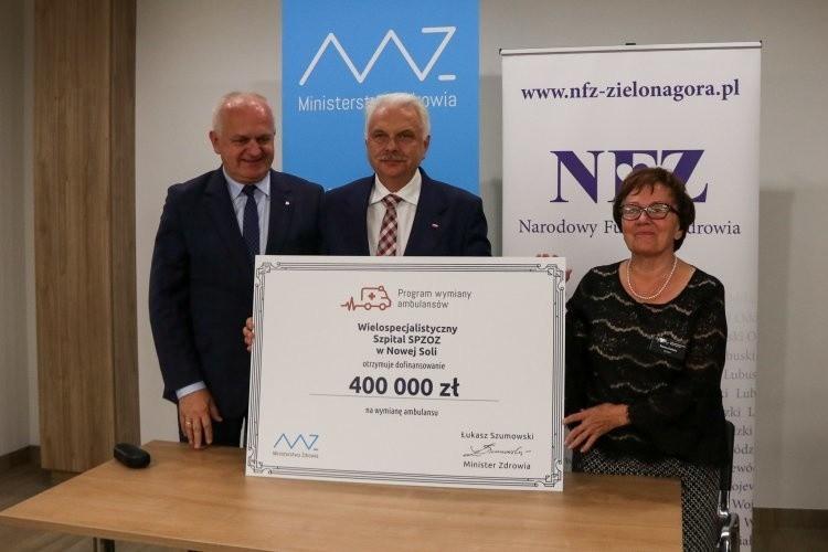 Przekazanie dla szpitala w Nowej Soli symbolicznego czeku od Ministra Zdrowia na zakup karetki