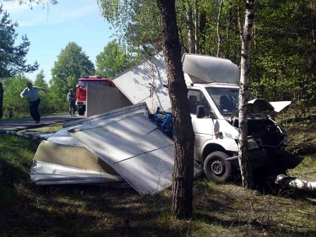 Dostawczy mercedes zjechał z drogi i uderzył w drzewa