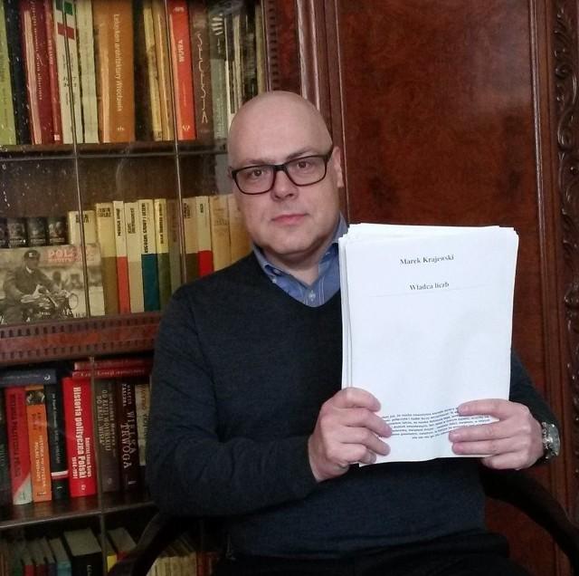 Marek Krajewski ukończył najnowszą powieść. To zdjęcie, z maszynopisem, umieścił na swojej stronie na Facebooku