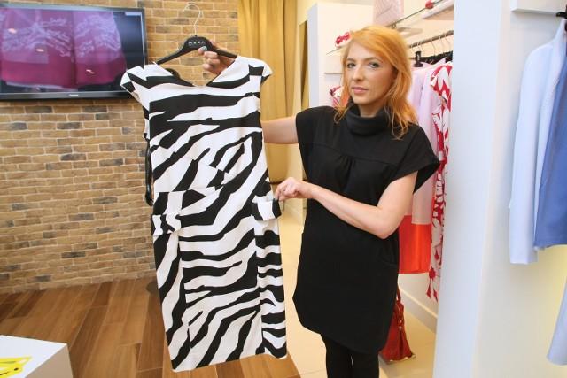 Pani Magdalena Grzywna prezentuje sukienkę w konwencji bieli i czerni, z modnym motywem zebry. Jeszcze niedawno jej koszt to 850 złotych, ale już teraz tylko 290 złotych.