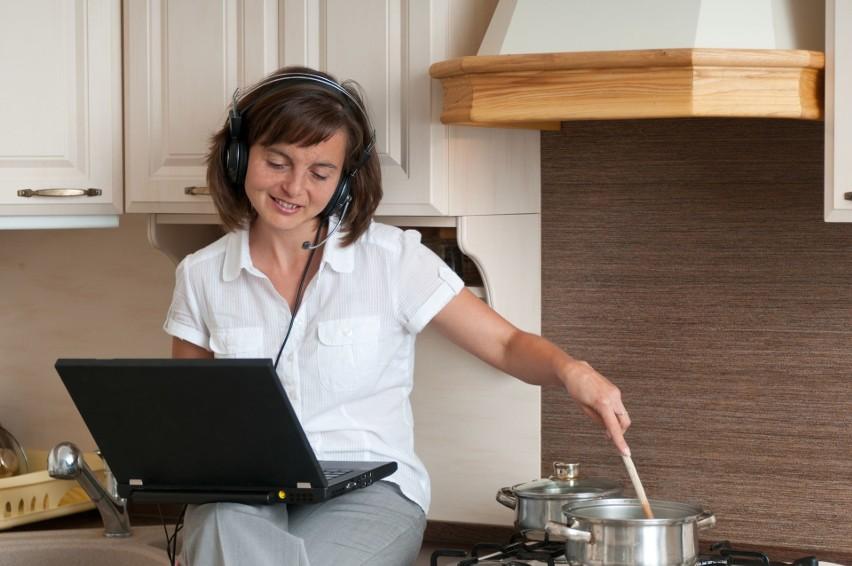 Dzięki elastycznym godzinom, pracownik sam decyduje kiedy wykona zadanie i ile czasu na nie przeznaczy.