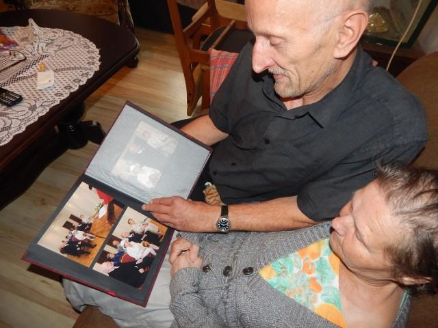 Marian i Krystyna Szymańscy pokazują zdjęcia ze ślubu, które były wykonane... rok temu. Małżonkowie z Gubina są w oficjalnym w związku dopiero niecały rok. Zanim podjęli decyzję o ożenku znali się zaledwie kilka miesięcy