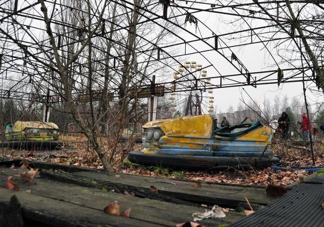 W Prypeci czas zatrzymał się 35 lat temu. Właśnie wtedy, 26 kwietnia 1986 roku, doszło do największej w historii katastrofy jądrowej. W wyniku wybuchu, do którego doszło elektrowni jądrowej w Czarnobylu i rozprzestrzenienia się substancji promieniotwórczych, zarządzono ewakuację pobliskiego miasta - Prypeci. Mieszkańcom powiedziano, że wyjeżdżają na trzy dni. Jak się później okazało, opuścili swoje domy już na zawsze. Jak dziś, 35 lat po katastrofie, wygląda słynne miasto duchów? Zobaczcie zdjęcia!