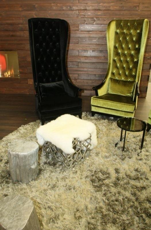 Królewskie siedziska, prawie jak trony – jeden  tegorocznych trendów, dotyczący zarówno foteli jak i krzeseł.