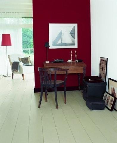 Kolory wnętrzaBurgund i biały to mocne zestawienie barw w pomieszczeniu.