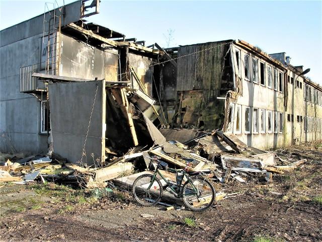 Tak się wali biurowiec w opuszczonej bazie telekomunikacji przy ul. Wrocławskiej