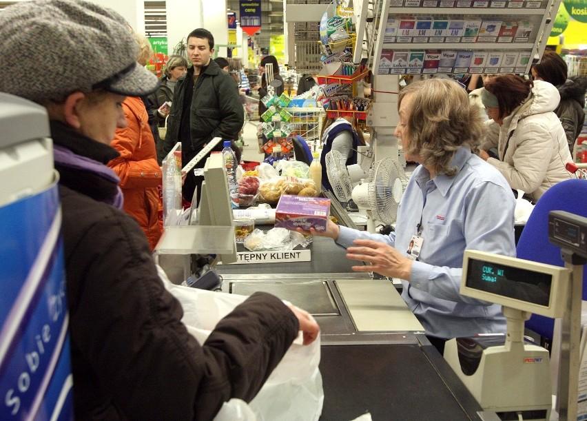 Ile zarabia kasjerka w Biedronce, Lidlu, Auchan,...