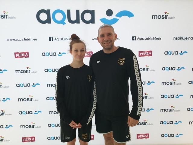 Wiktoria Palicka ze Słupska ze swoim trenerem klubowym Maciejem Kowalewskim na pływalni w Lublinie