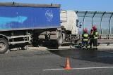 Ciężarówka przebiła bariery i zawisła na wiadukcie Autostradowej Obwodnicy Wrocławia [ZDJĘCIA]
